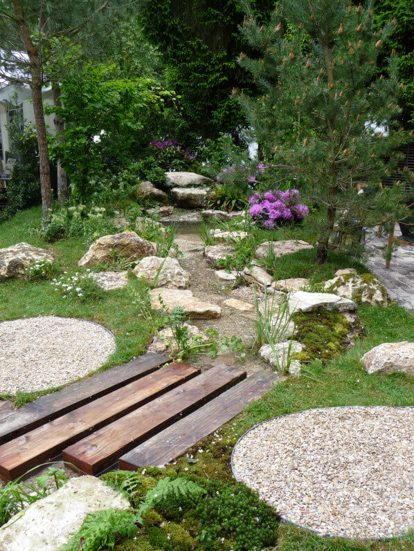 Jardin éphémère réalisée par Blue Garden, La Route du Teck et Pierres de Jadis,Journées des Plantes, Domaine de Chantilly, Chantilly (60), 15 mai 2015, photo Alain Delavie