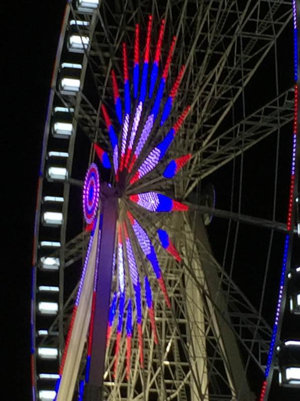 Grande roue illuminée aux couleurs du drapeau français, bleu, blanc, rouge, place de la Concorde, Paris la nuit, Paris 1er (75)
