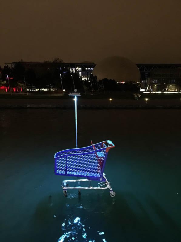Caddy bleu, L'eau qui dort, Michael Pinsky, canal de l'Ourcq, parc de la Villette, Paris 19e (75)