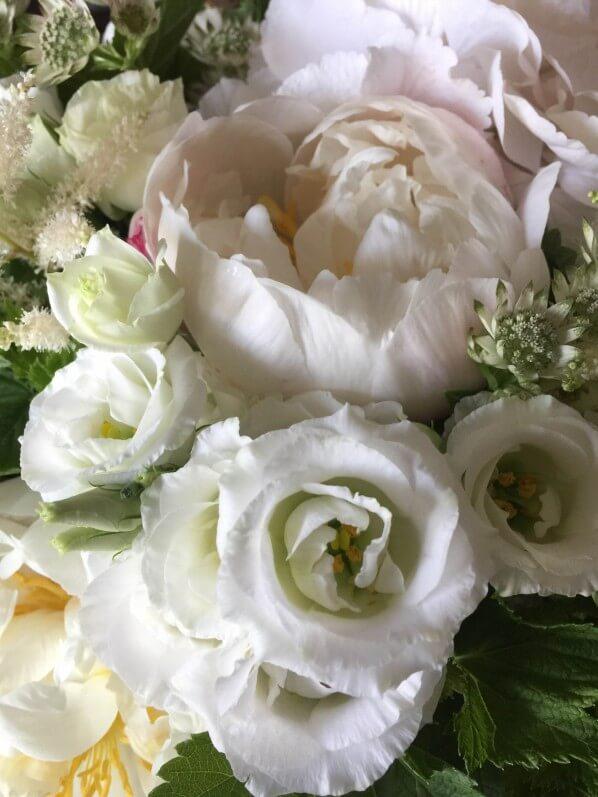 Bouquet blanc pour la fête des mères, pivoine, lisianthus, astrance et astilbe