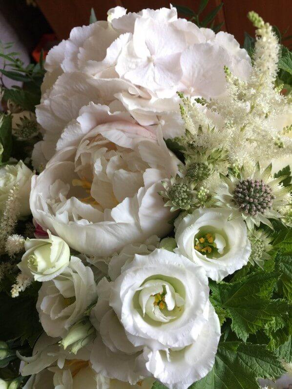 Bouquet blanc pour la fête des mères, hortensia, pivoine, lisianthus, astrance et astilbe