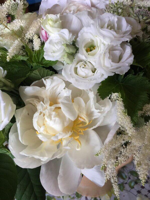Bouquet blanc pour la fête des mères, pivoine, lisianthus et astilbe