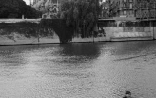 Baignade dans la Seine en face du chevet de Notre-Dame de Paris, 1956. Photographie de Janine Niepce (1921-2007) / Roger Viollet