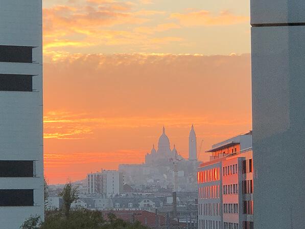 Soleil couchant et ciel rougeoyants sur la Basilique du Sacré Coeur de Montmartre, vue depuis la rue Gaston Tessier, Paris 19e (75)