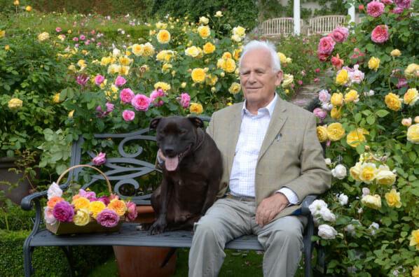 David Austin Sr. sur un banc avec son chien Bertie