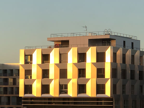 Soleil sur une façade d'immeuble, Paris 19e (75)