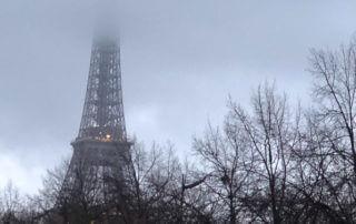 Tour Eiffel dans les nuages, pluie, Paris 7e (75)