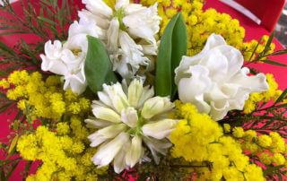 Jacinthes et tulipes blanches, mimosa, création Aoyama Flower Market, bouquet, fleurs coupées, hiver, Paris 19e (75)