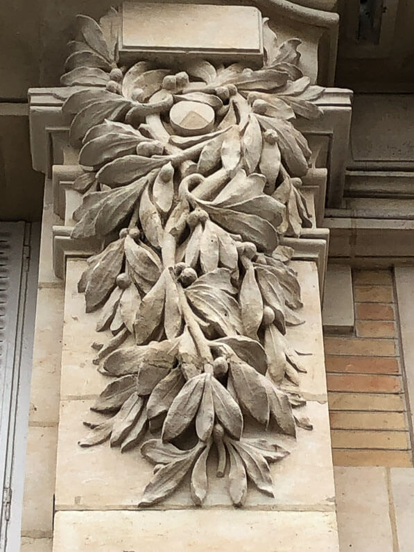 Feuillage sur la façade de limmeuble, boulevard Poniatovski, Paris 12e (75), architecte Louis Martin, 1901