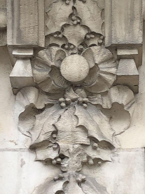 Frise de houx sur la façade de l'immeuble du 93, boulevard Poniatovski, Paris 12e (75), architecte Henri Michel, 1913