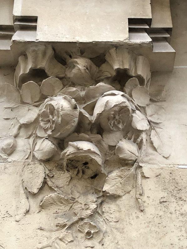 Frise de roses, immeuble de 1913, architecte Albert Veque, avenue Fremiet, Paris 16e (75)