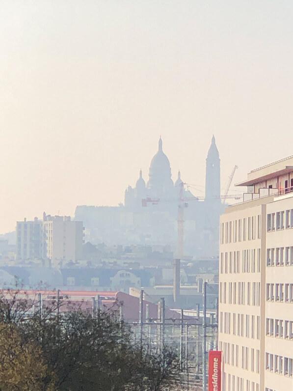 Basilique du Sacré Coeur de Montmartre dans une brume de particules fines, pollution urbaine, Paris 18e (75)