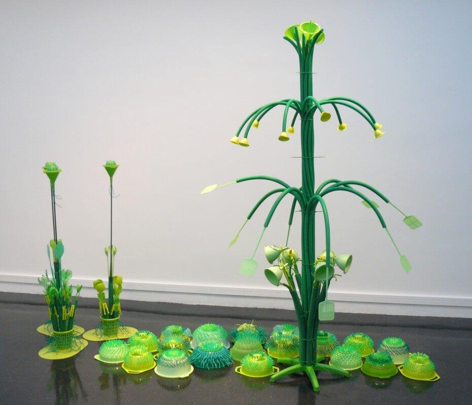 Christophe Dalecki – Petit jardin, 2012, assemblage d'objets usuels en matière plastique verte, 200 x 220 x 100 cm