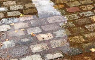 Flaque d'eau après les orages et averses en été dans le parc de la Villette, Paris 19e (75)