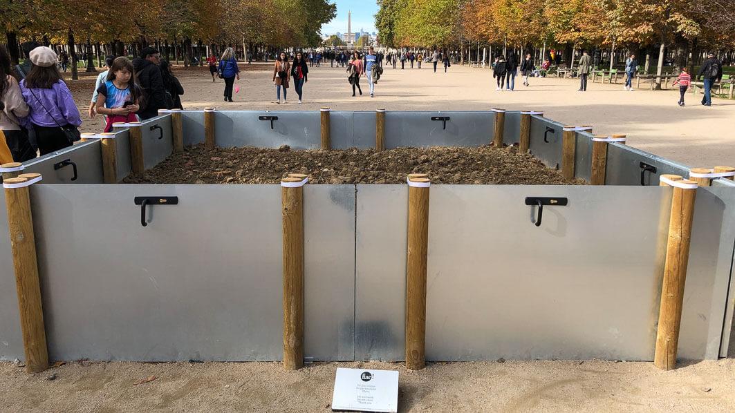 Garden, 2018, 8 portes en métal galvanisé, poteaux en bois, terre, végétation spontanée, 4 x 4 x 1 m, Salle Principale, Loïs Weinberger, FIAC hors les murs, Paris 1er (75)