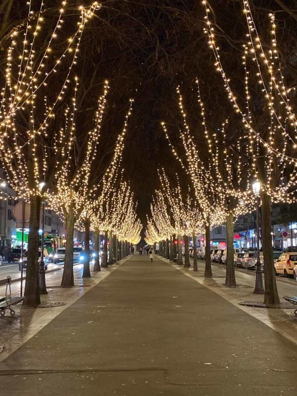 Illuminations, décorations de Noël, rue de Flandre, Paris 19e (75)