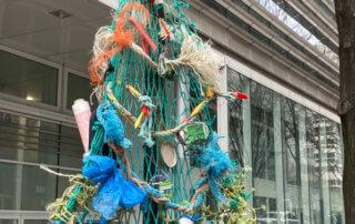 Sapin de Noël fabriqué avec des déchets en plastique, Paris 13e (75)