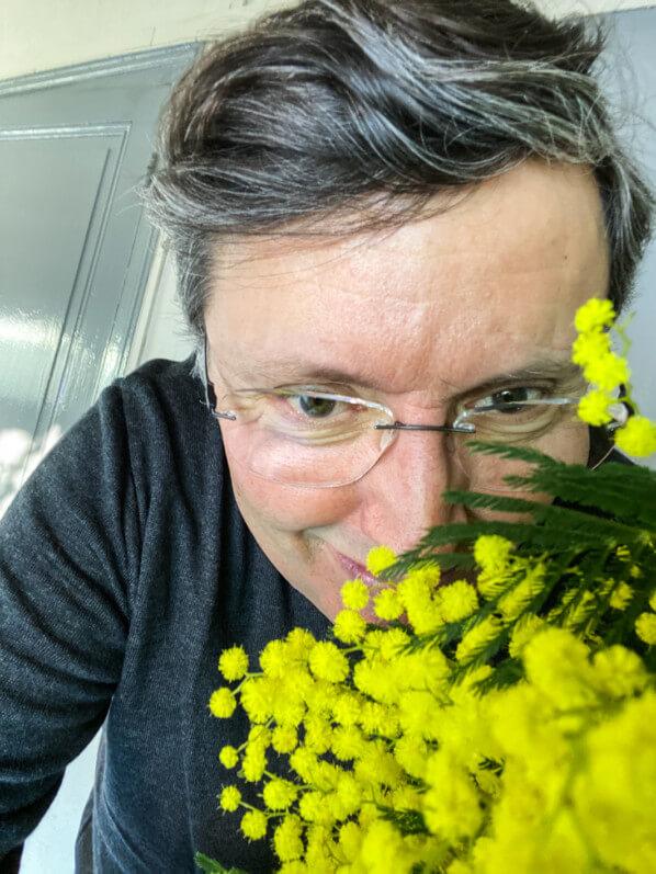 Alain et son bouquet de mimosa, fleurs coupées, Paris 19e (75)