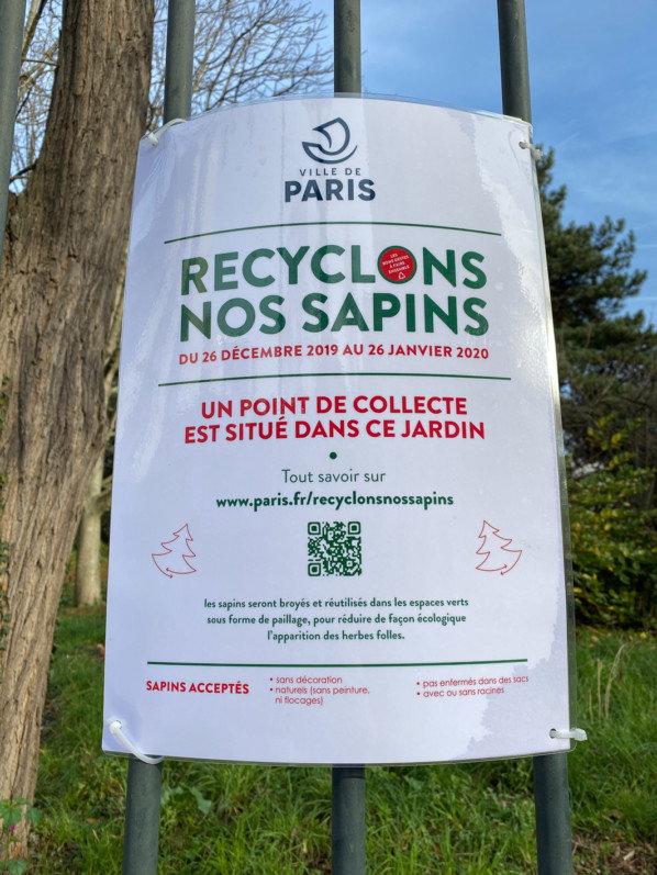 """Opération """"Recyclons nos sapins"""", sur la grille du square de la Roquette, Paris 11e (75)"""