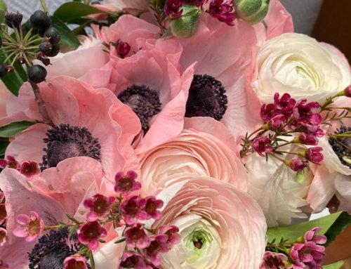 Bouquet printanier d'anémones et de renoncules