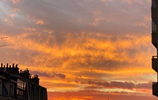 Ciel parisien incandescent au lever du soleil, Paris 19e (75)