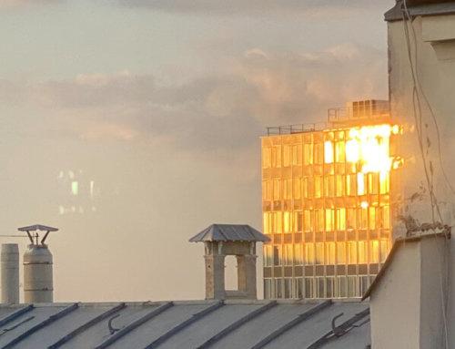 Quand le soleil couchant illumine un immeuble