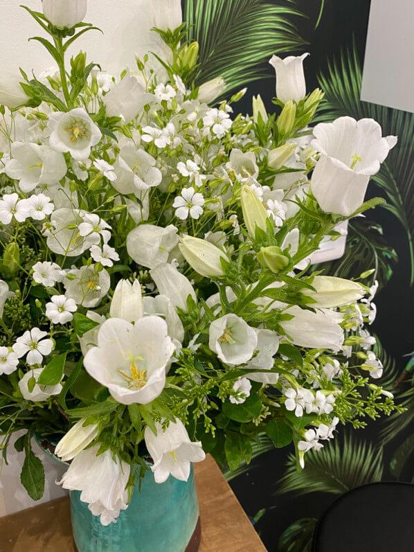 Bouquet de fleurs blanches, campanules, Paris 3e (75)