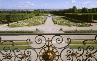 Château de Champs-sur-Marne, perspective du jardin depuis le balcon du salon de musique