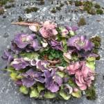 Couronne de pensées en céramique sur une tombe du cimetière du Père Lachaise, Paris 20e (75)