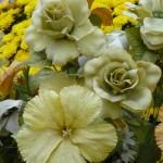 Fleurs en plastique sur une tombe du cimetière du Père Lachaise, Paris 20e (75)