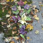 Fleurs en céramique sur une tombe du cimetière du Père Lachaise, Paris 20e (75)