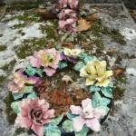 Couronne de fleurs en céramique sur une tombe du cimetière du Père Lachaise, Paris 20e (75)
